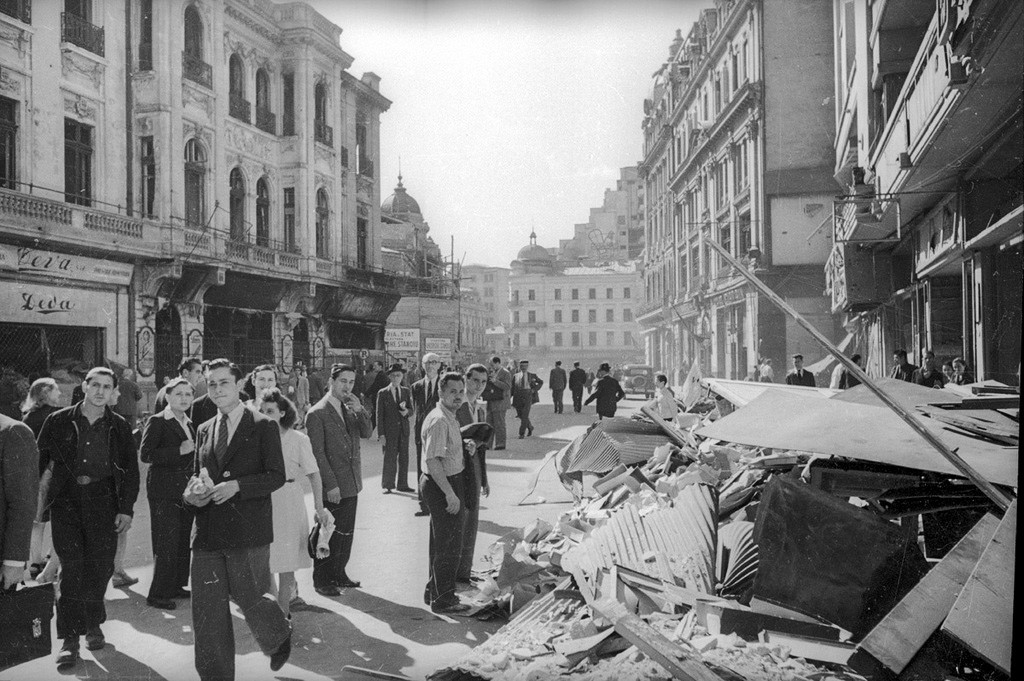 解放されたルーマニア人が損壊した街路を行く