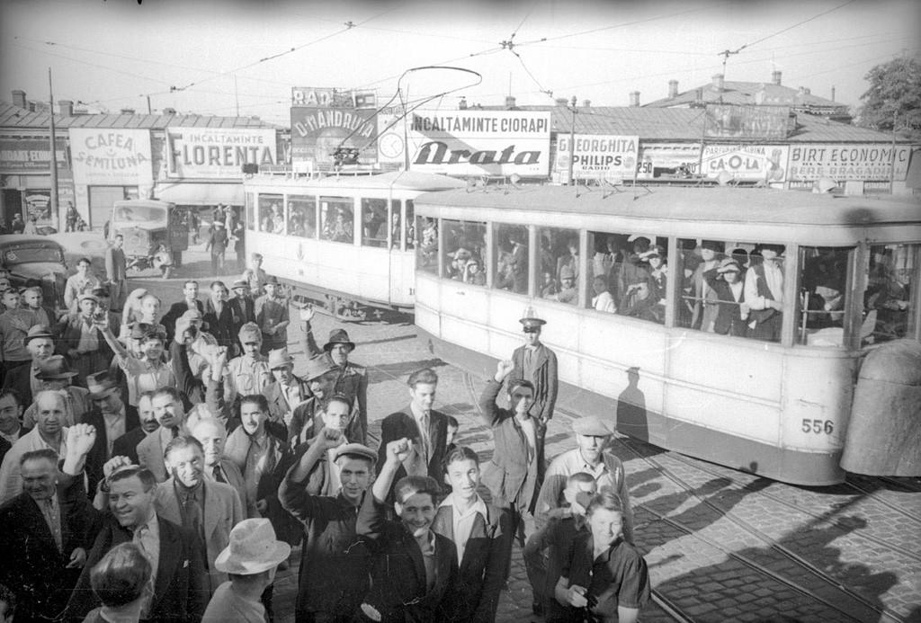 ソビエト軍兵士を歓迎するブカレスト市民