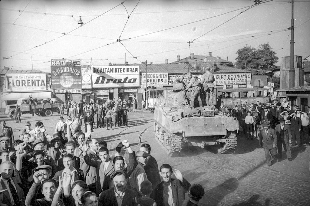 ルーマニアの首都の街路を行くソ連の戦車