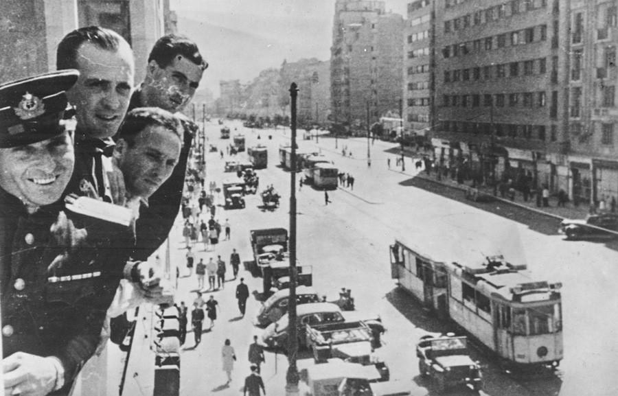 ブカレストに来たソ連の従軍記者とカメラマン