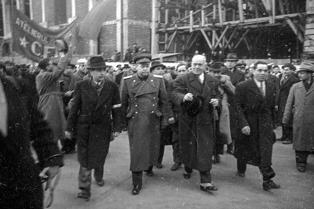 解放された新たなルーマニアの最初の政府を歓迎する人々