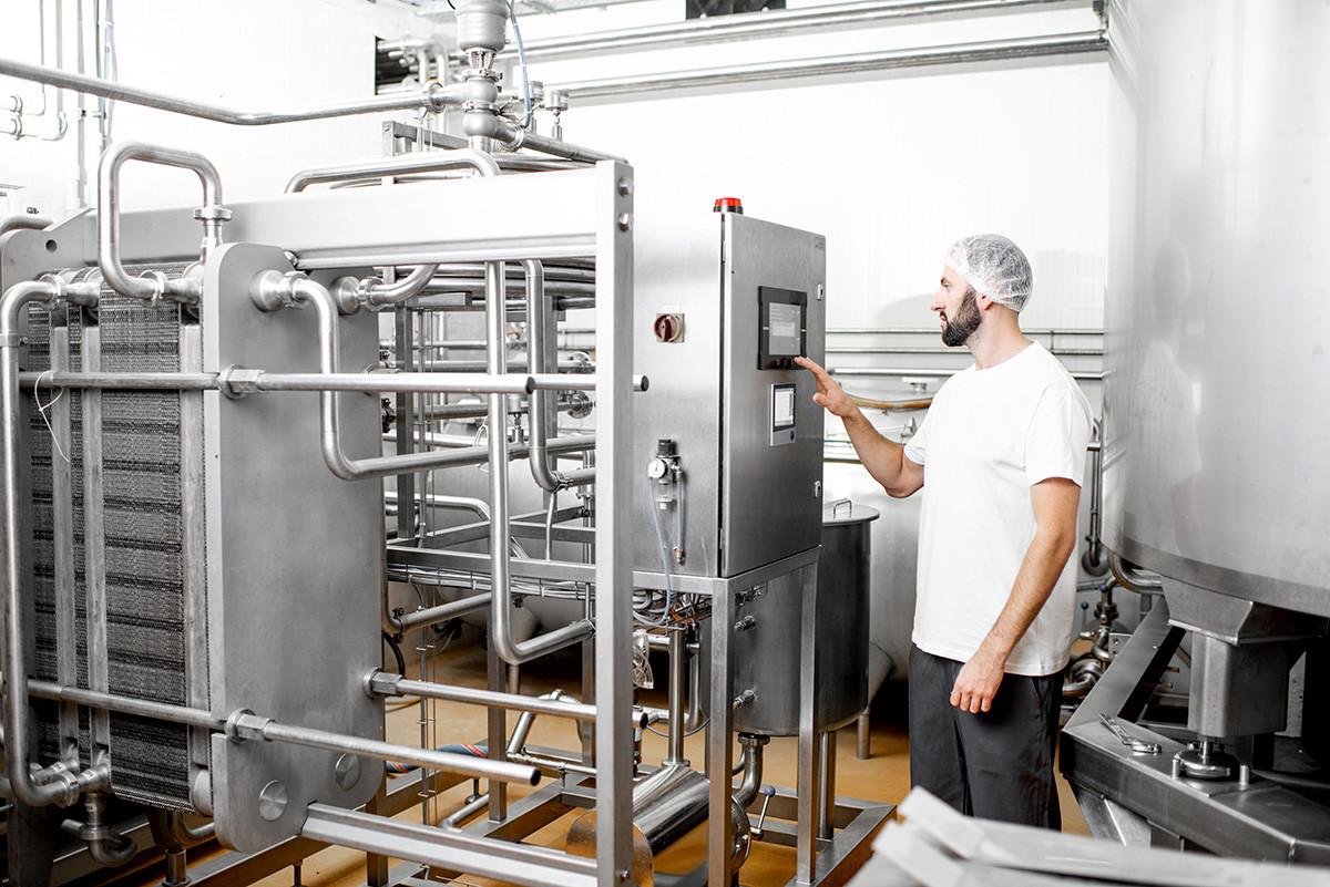 Радник који управља радом пастеризатора у процесу производње сира или млека.