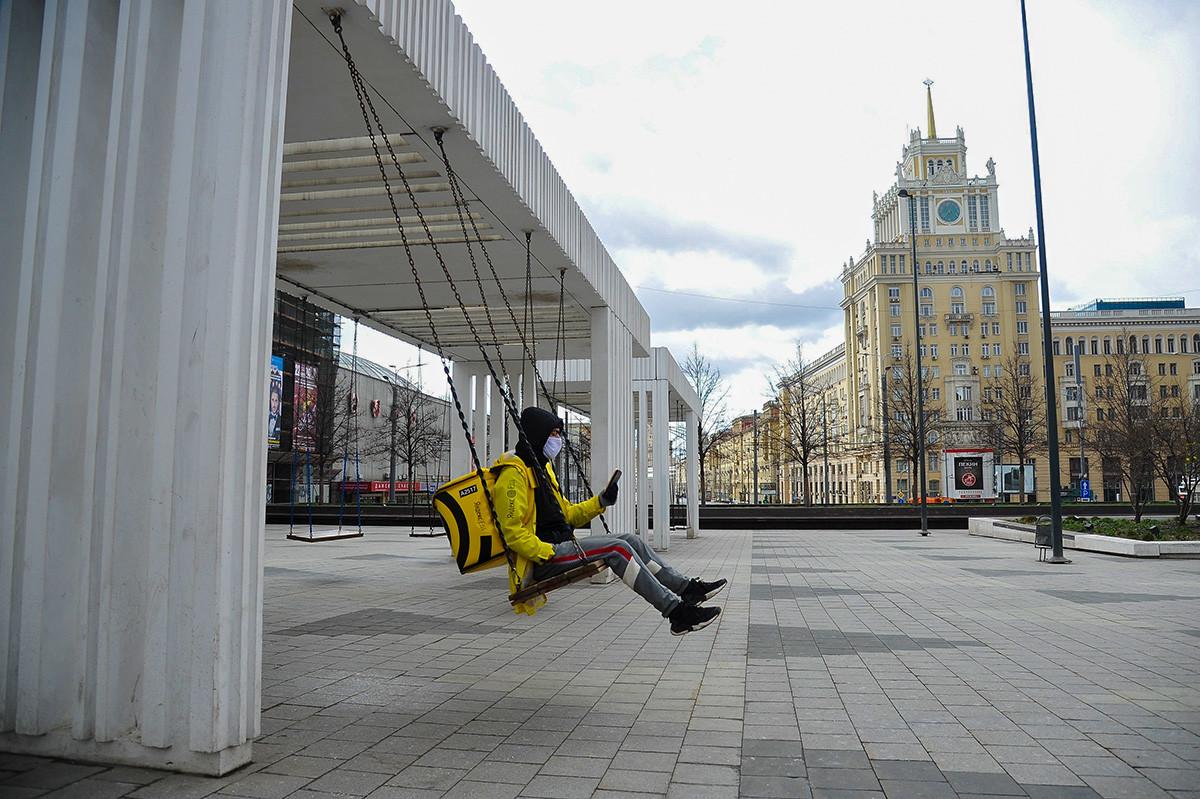 Employé d'un service de livraison de nourriture à Moscou