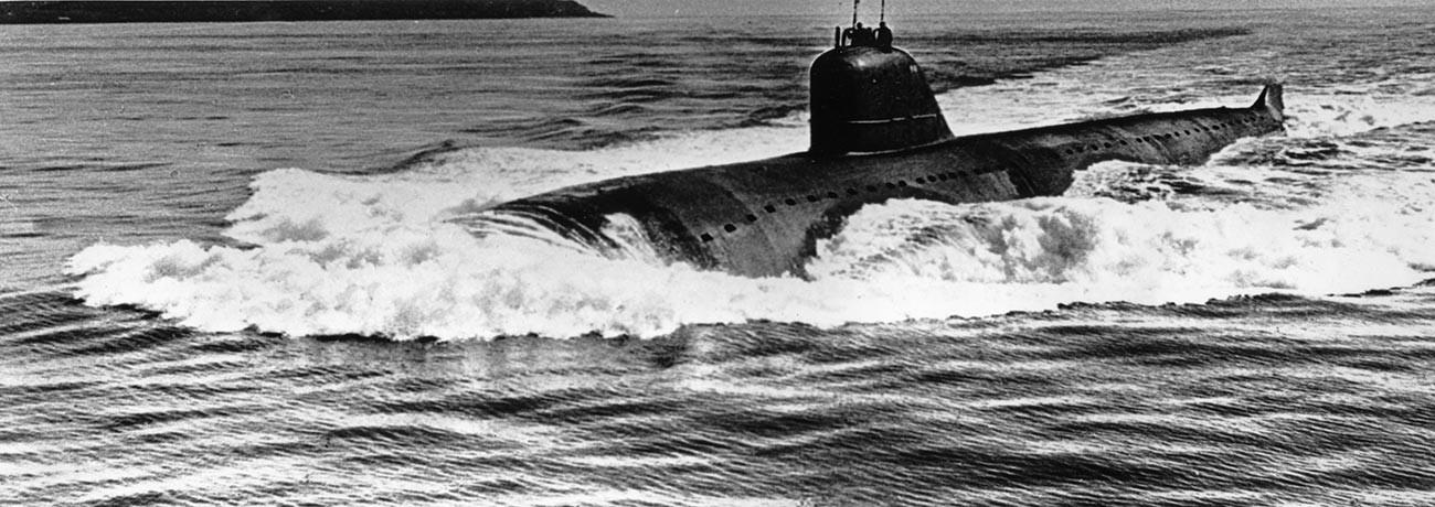 """Нуклеарна подморница """"Лењински комсомол"""" (пројекта 627 """"Кит"""", по НАТО – класе """"Новембар"""") је прва нуклеарна подморница Совјетског Савеза и прва која је послата на Северни пол, Северна флота, СССР, 1965."""