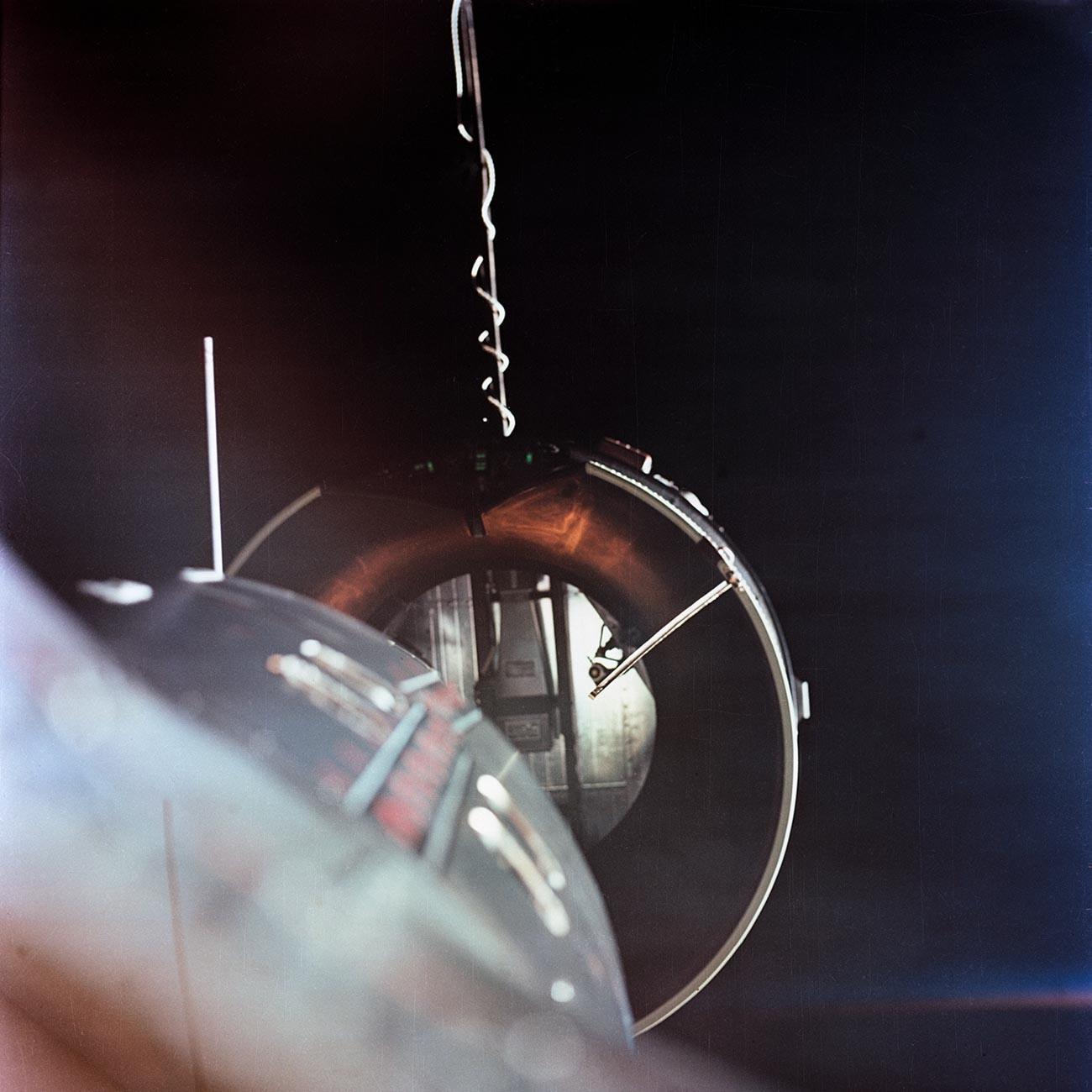 Blick auf den orbitalen Zielflugkörper Gemini Agena Target Vehicle (GATV) vom Zwillingsadapter des Gemini-Programms der Nationalen Luft- und Raumfahrtverwaltung aus, der sich etwa zwei Fuß von der Nase des Raumfahrzeugs entfernt befindet (unten links).