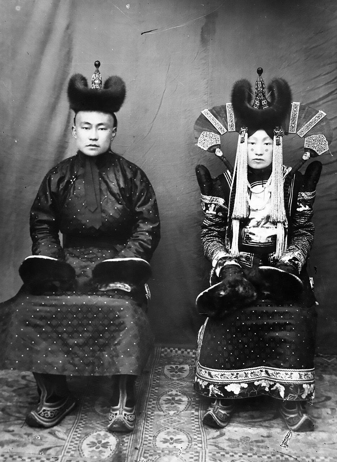 Sepasang pengantin mengenakan pakaian tradisional Mongolia pada 1920-an.