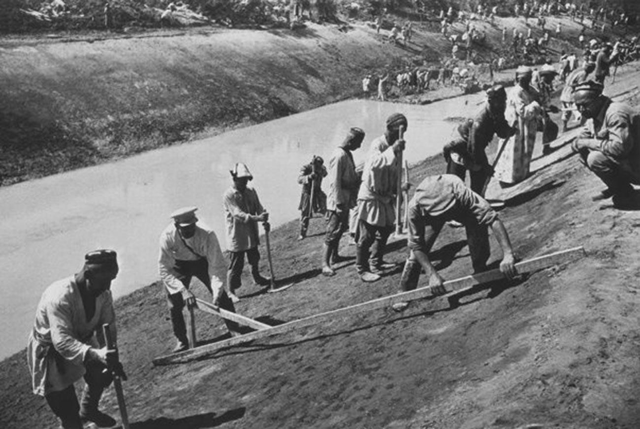 Pekerjaan konstruksi di Kanal Besar Fergana yang dinamai Kanal Stalin. Kanal sepanjang 350 km ini memungkinkan pengairan lebih dari 500.000 hektar tanah di Uzbekistan, Kyrgyztan, dan Tajikistan, 1939.