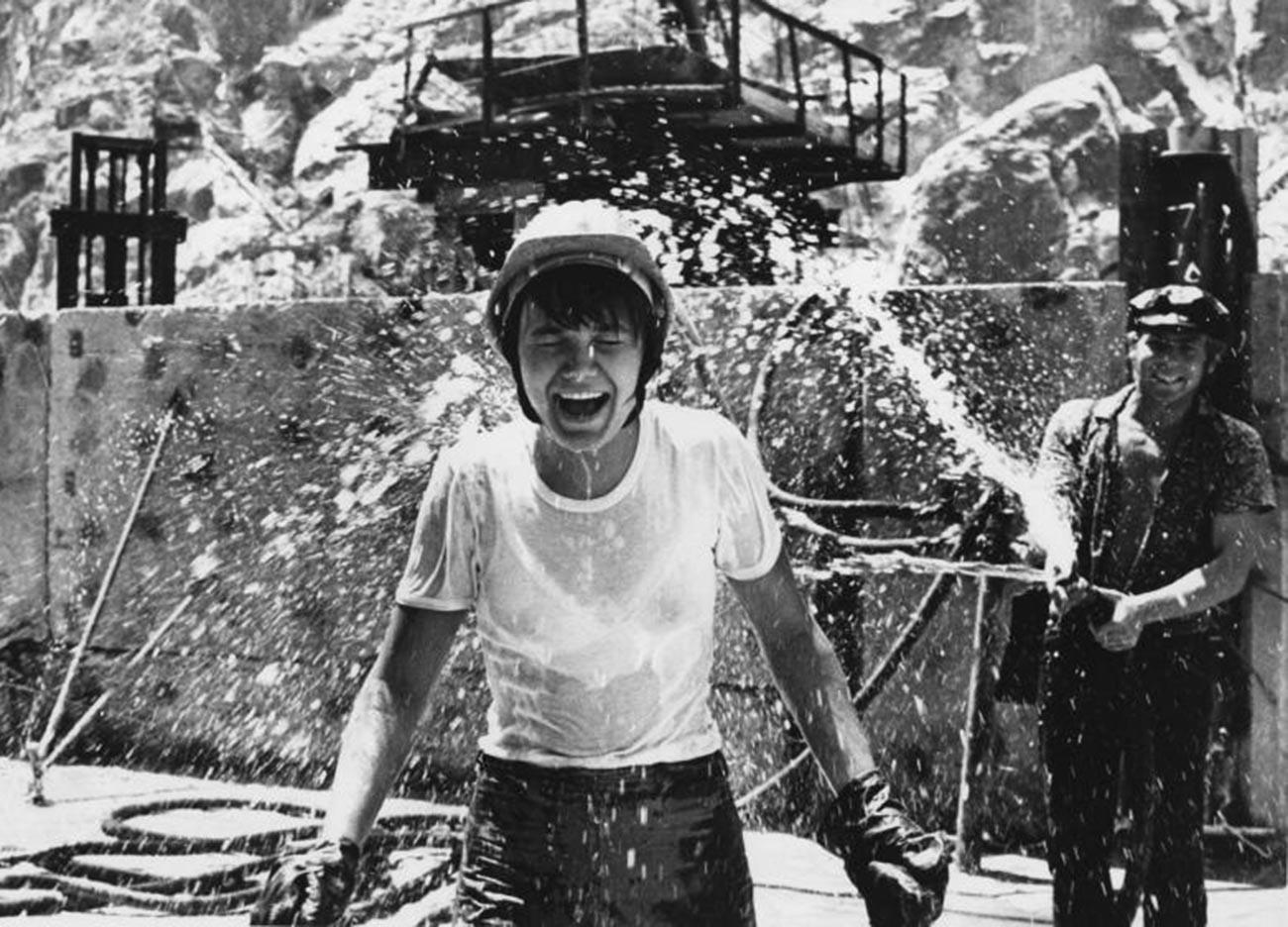 Lokasi konstruksi pembangkit listrik tenaga air Toktogulskaya, Kyrgyztan, 1975-1976.