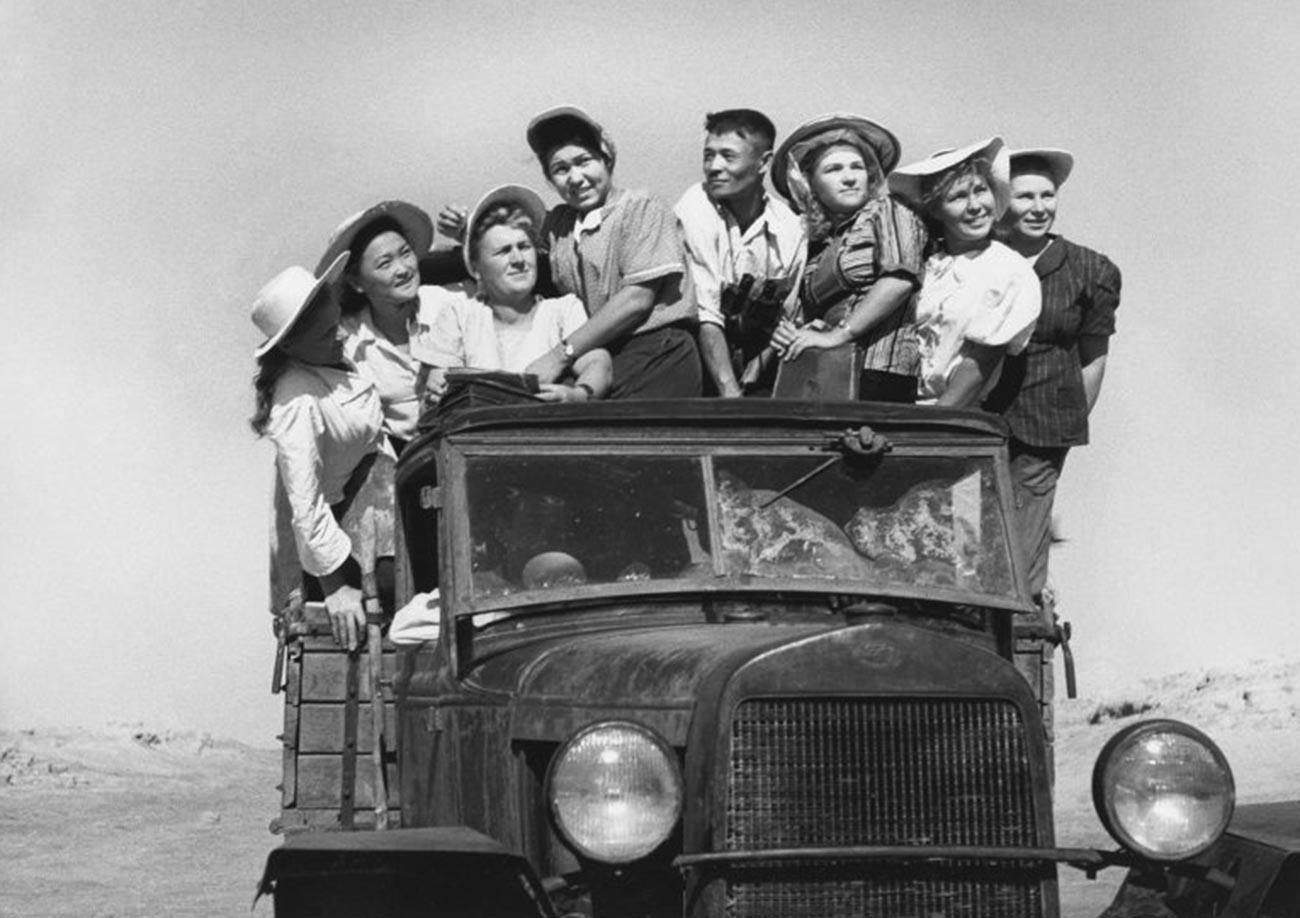 Para siswa di lahan pertanian yang baru dibuka di Kazakhstan, 1952.