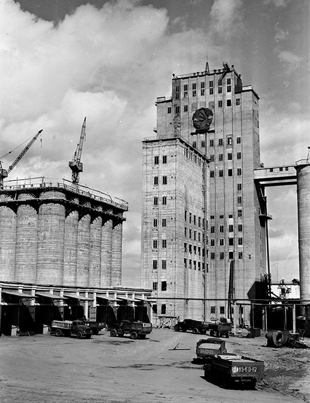 Lift biji-bijian dengan lambang Soviet di Kota Kostanay, Kazakhstan,1959.