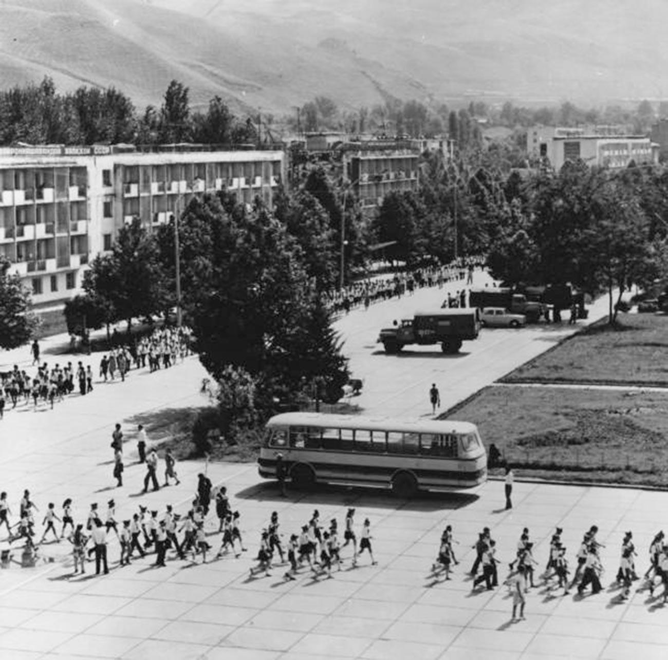 Pearaan Hari Pionir di  Tajikistan, 19 Mei 1972.