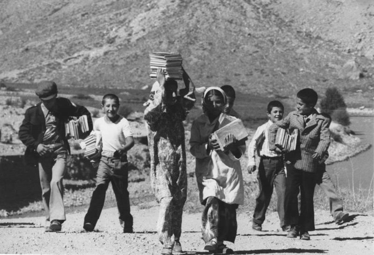 Menjelang Hari Pengetahuan yang dirayakan setiap 1 September, Tajikistan, 1972.