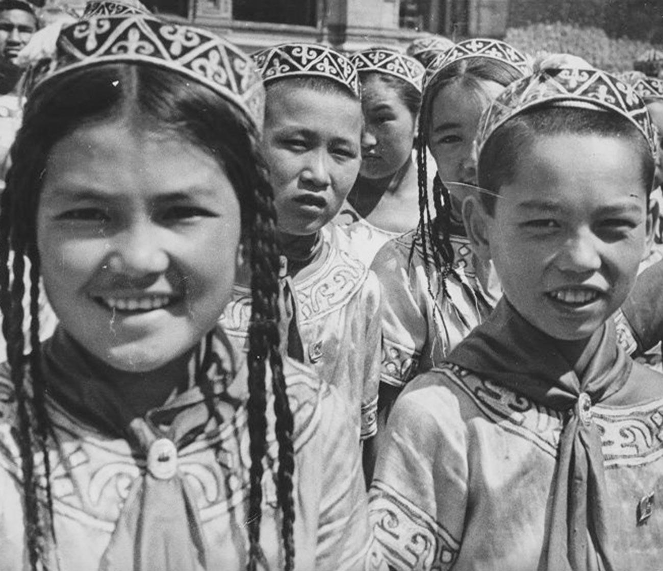 Para anggota Pionir dari Republik Kazakhstan mengunjungi Moskow, 1935.
