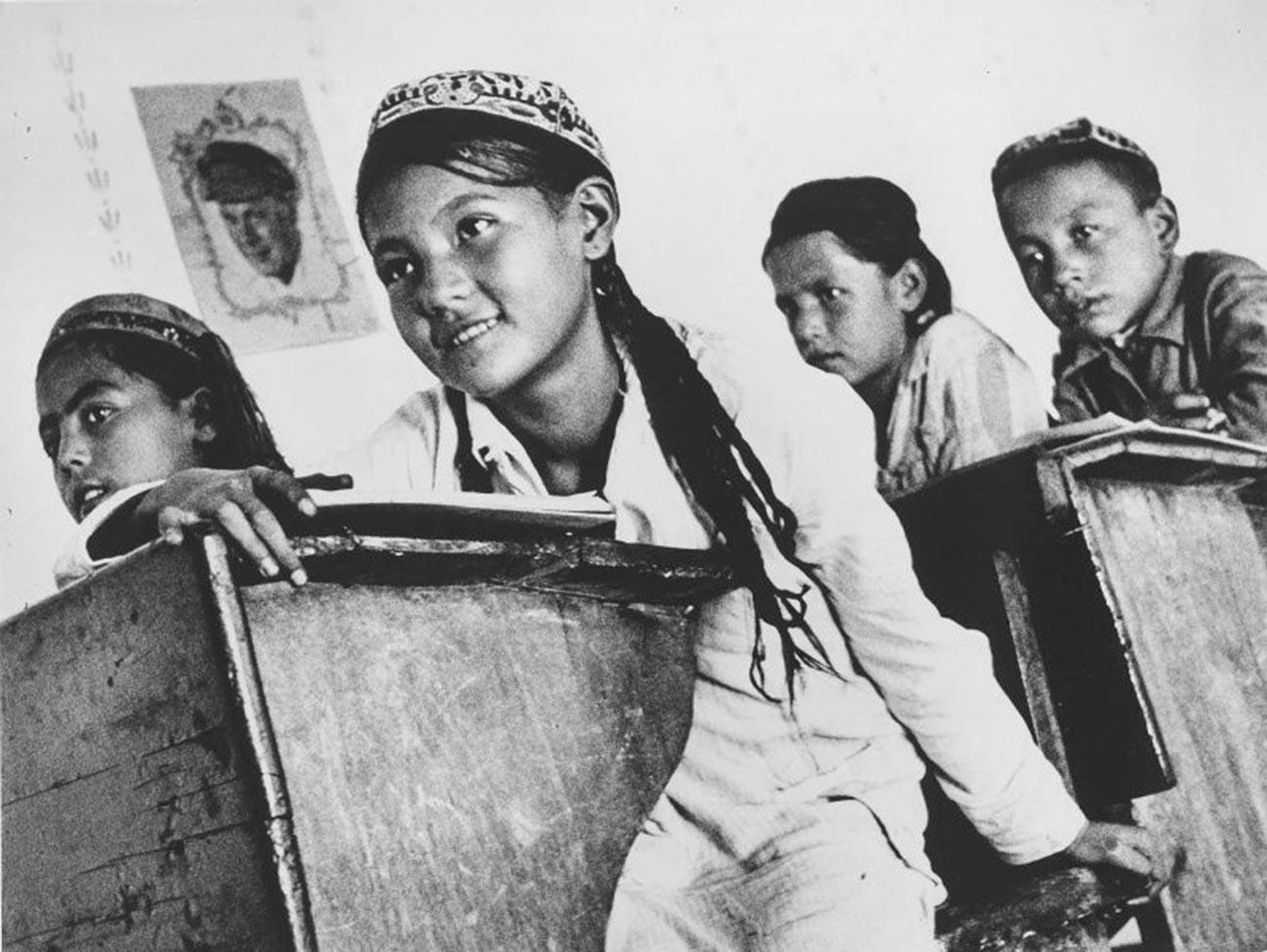 Suasana di sekolah, Uzbekistan, 1930-an.