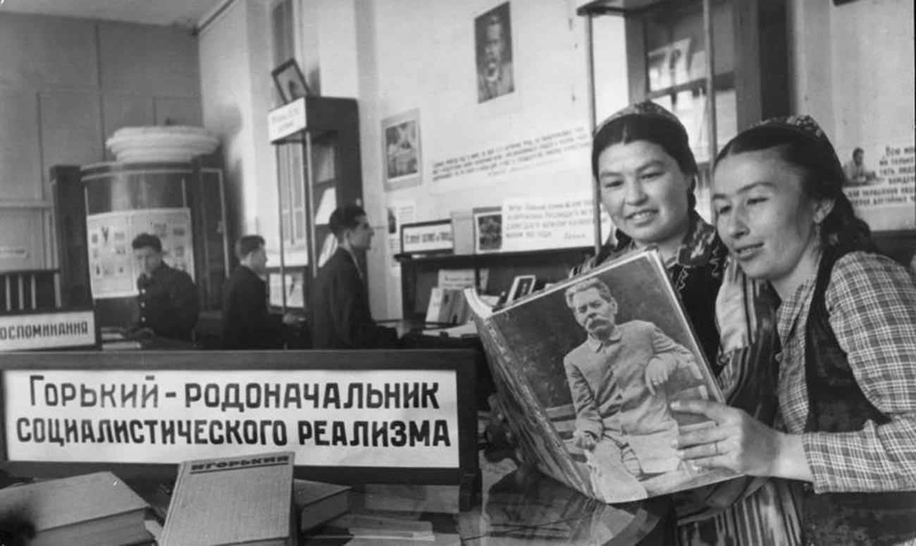 Dua wanita tengah membaca di dekat tulisan