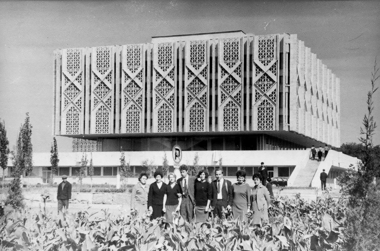Sekelompok turis berfoto dengan latar belakang Museum Lenin, Tashkent; Uzbekistan,1972.