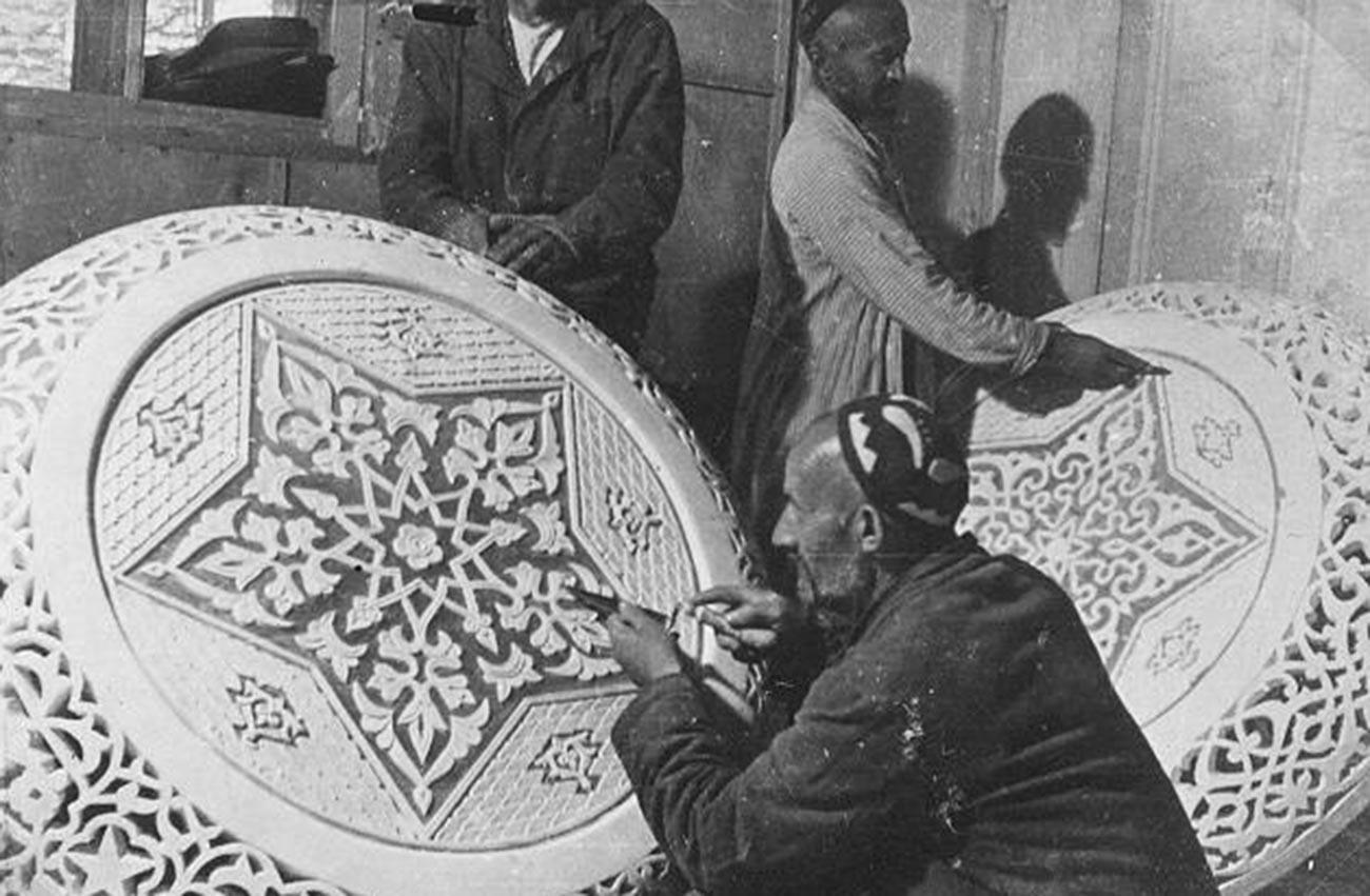 Pengrajin membuat ukiran kayu di Tajikistan, 1950-an.