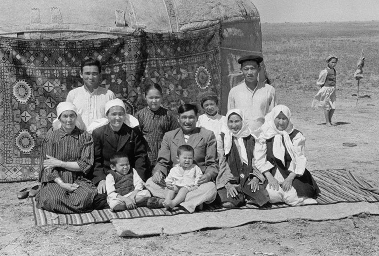 Keluarga penggembala ternak di depan yurt (tenda) tempat tinddal mereka di lahan yang baru dibuka, 1952.