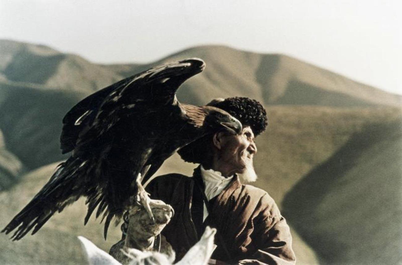 Seorang pemburu yang berburu menggunakan elang emas, Kazakhstan, 1963.