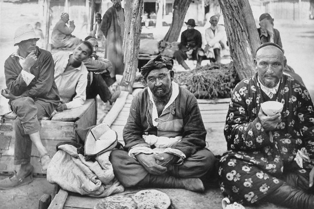Suansa minum-minum di Uzbekistan, 1930-an.