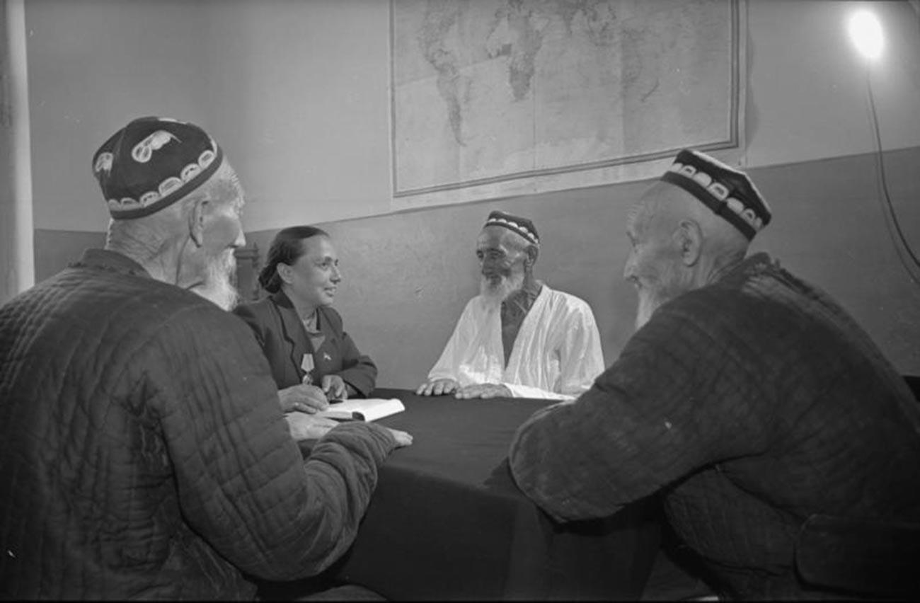 Seorang anggota dewan lokal menerima pemilih di Uzbekistan, 1950-an.