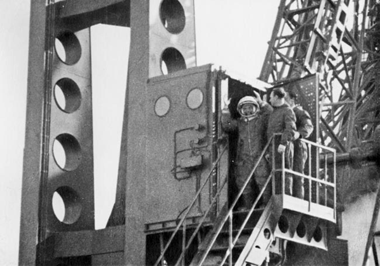 Gagarin sebelum meluncur ke ruang angkasa di Kosmodrom Baikonur.