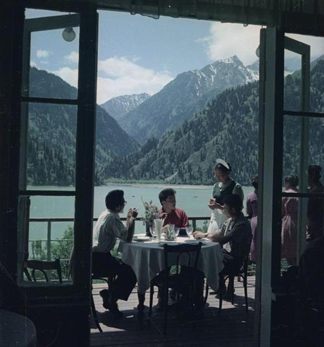 Suasana balkon restoran di Danau Issyk, Kazakhstan, 1961.