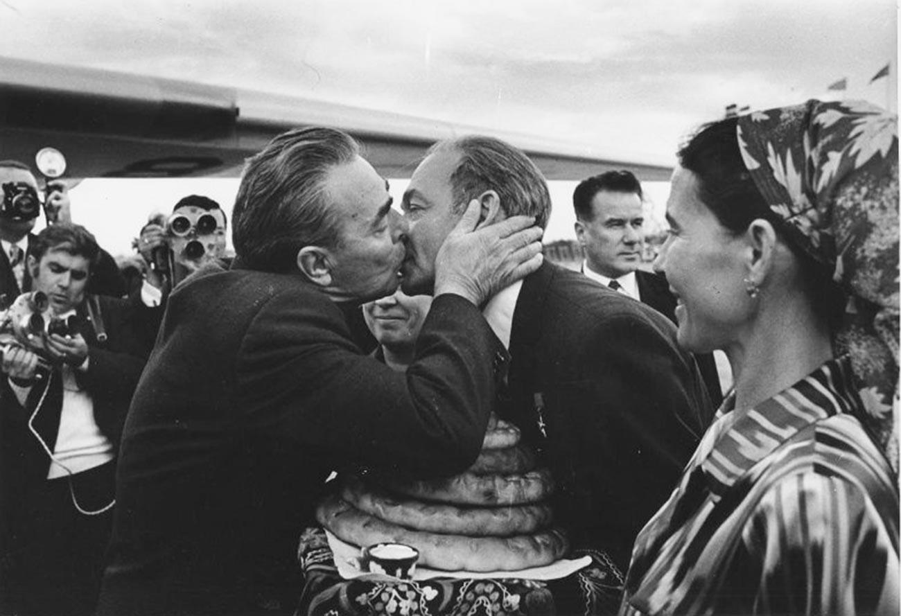 Pemimpin Soviet Leonid Brezhnev melakukan ciuman persahabatan saat mengunjungi Uzbekistan, 1970-an.