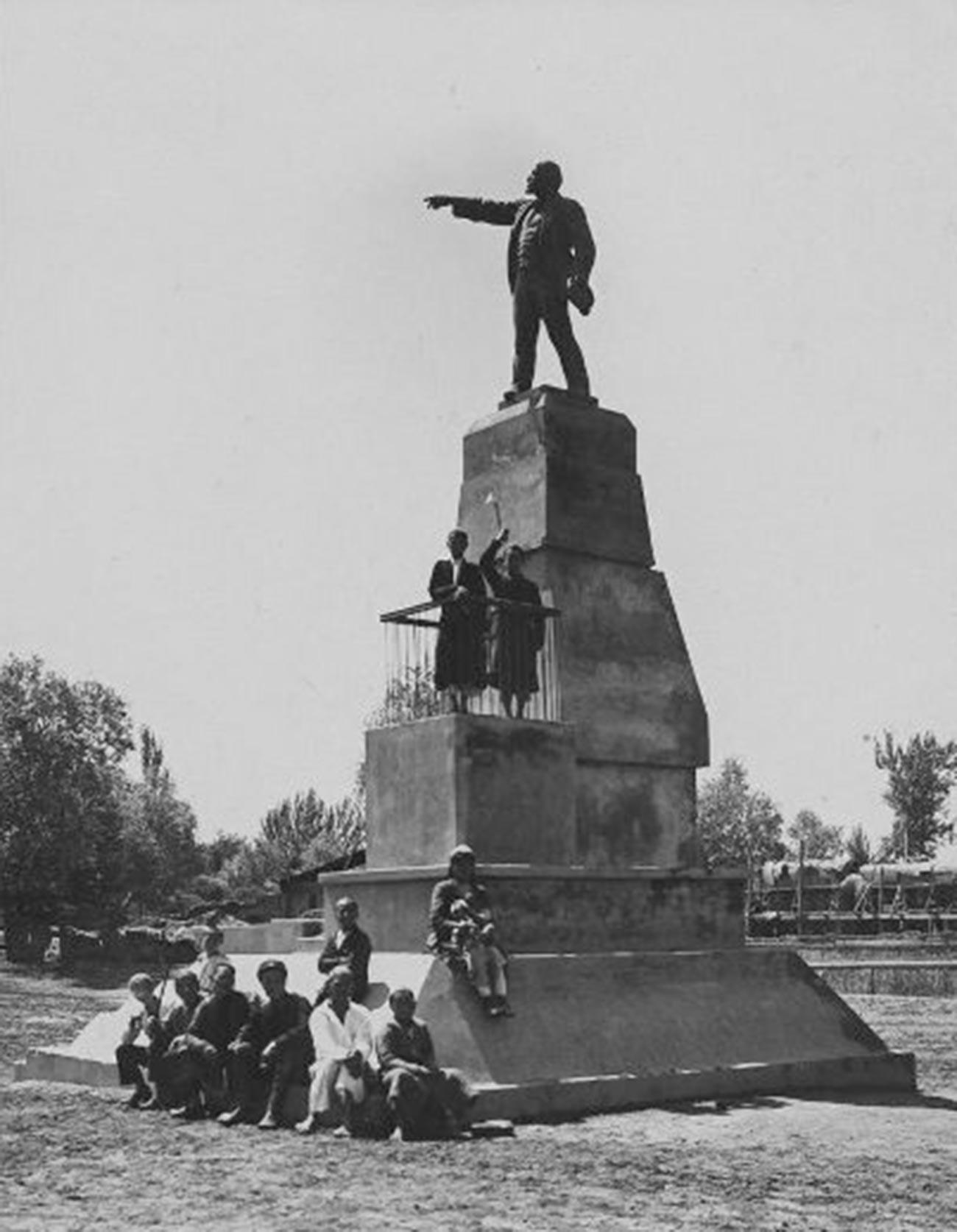 Monumen Lenin di Andijan, Uzbekistan, 1930-an.