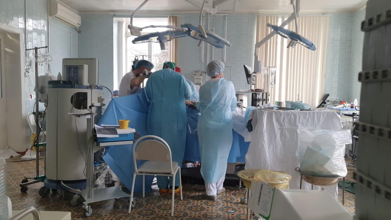Cirurgiões de clínica de cardiologia em Blagoveschensk realizando operação complexa com hospital em chamas