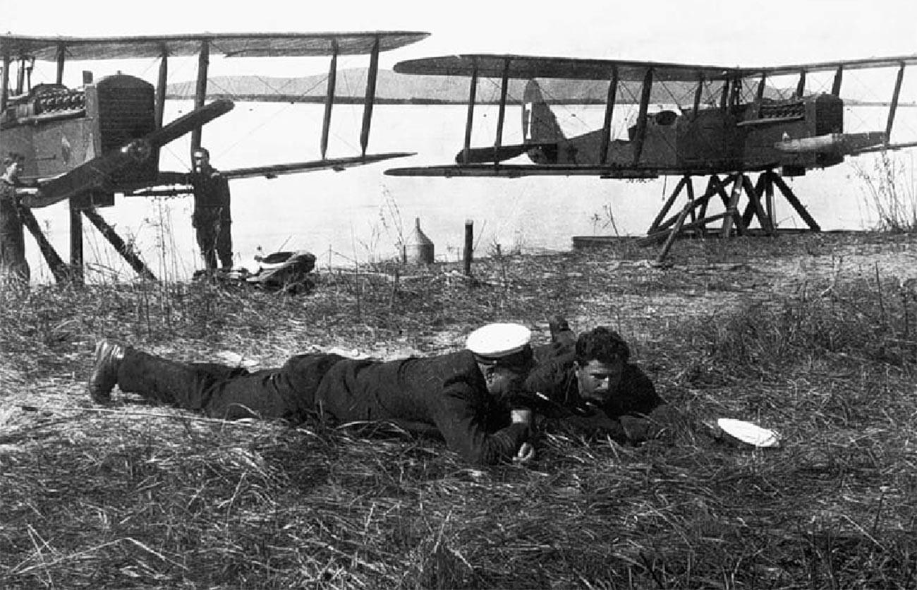 Pilotos do 68º esquadrão fluvial em frente a aviões MR-1.