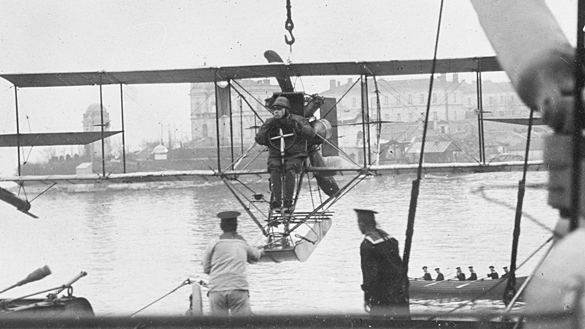 Hidroavião sendo carregado em porta-avião.