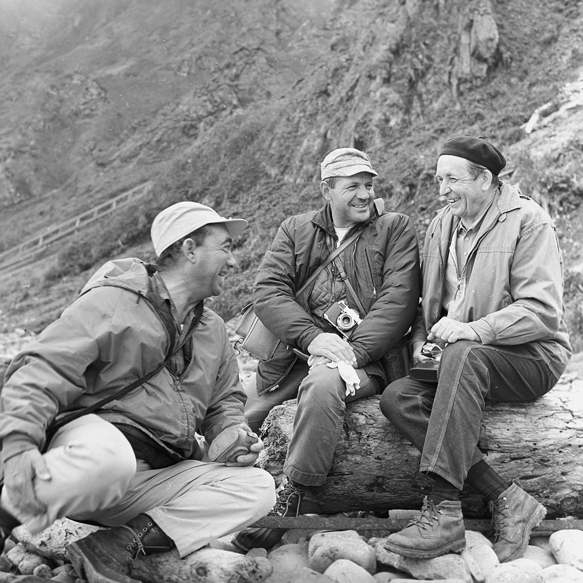 Ilmuwan Amerika Clifford Fiscus dan Ancel Johnson serta Ahli Biologi Viktor Arsenyev (kanan), di Pulau Medny, 1968.