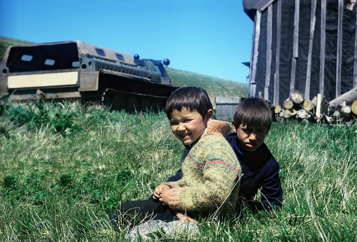 Anak-anak Aleut di Nikolskoye, 1987.