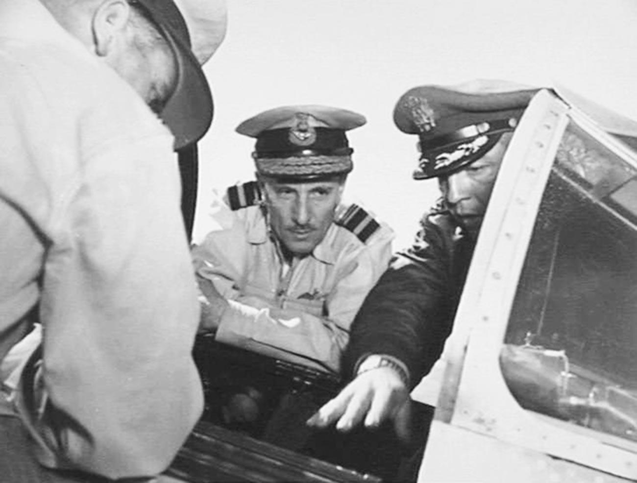 F-86「セイバー」を見学するアメリカ軍関係者、金浦の空軍基地(韓国)、1952年