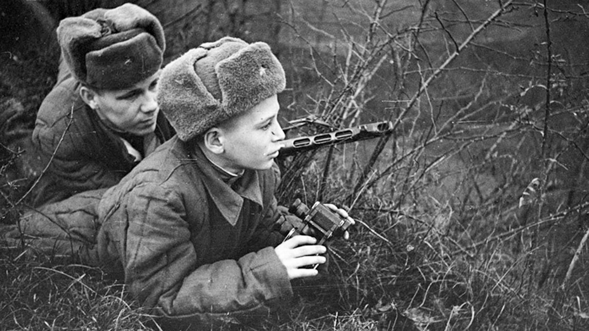 """Cuplikan adegan film """"Syn Polka"""" (Anak Resimen), 1946."""