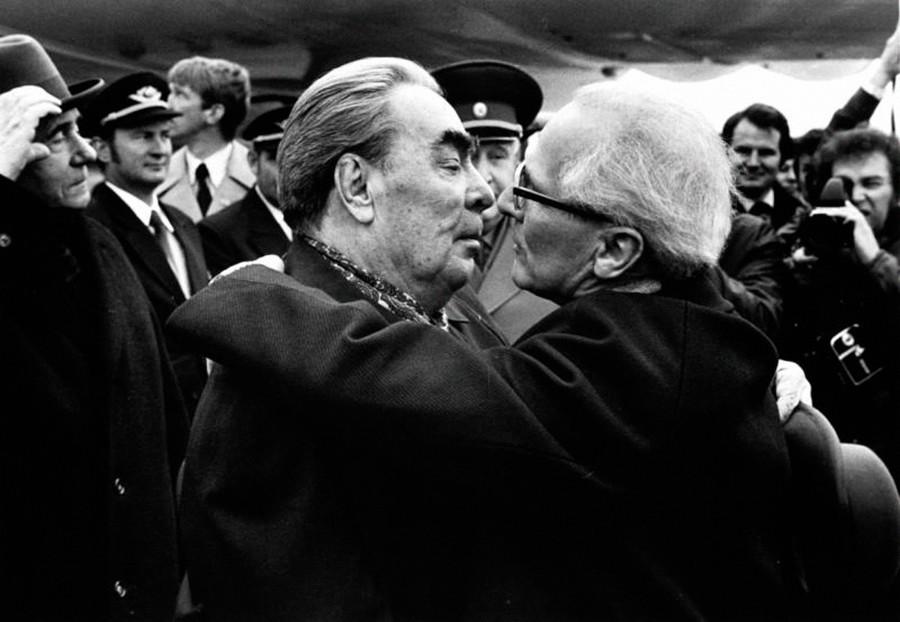 Leonid Breschnews Treffen mit dem ostdeutschen Staatschef Erich Honecker. Ein weiteres berühmtes Foto von ihnen beim Bruderkuss wurde später in einem Kunstwerk an der Berliner Mauer verarbeitet.