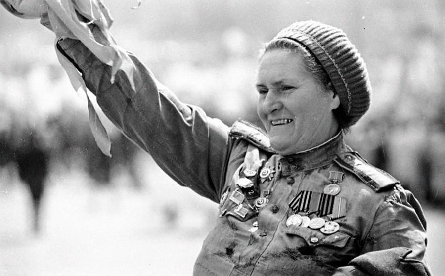 Eine Kriegsteilnehmerin winkt während der Feierlichkeiten zum Tag des Sieges.