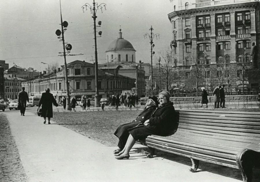Fußgänger genießen einen Frühlingstag in Moskau.
