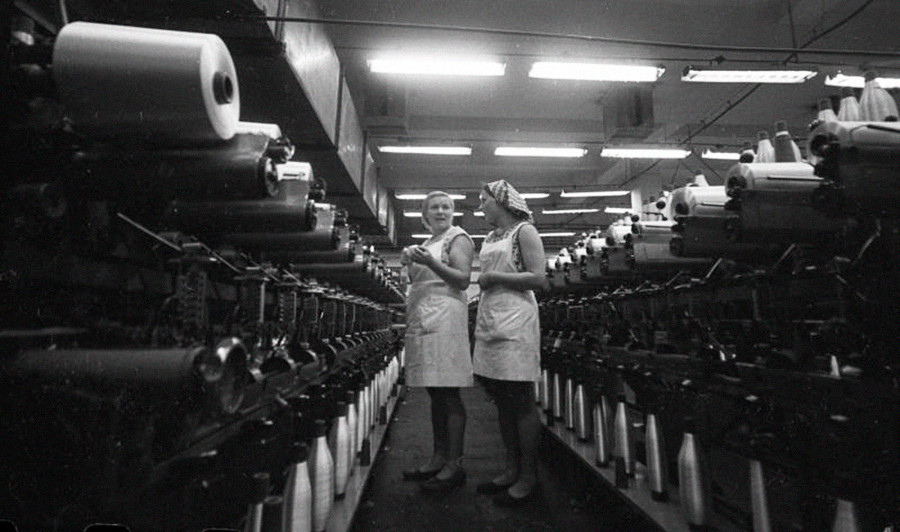 Zwei Arbeiterinnen in einem Kunstfaserwerk. Ein weiterer Fünfjahresplan für die sowjetische Wirtschaft hatte gerade begonnen.