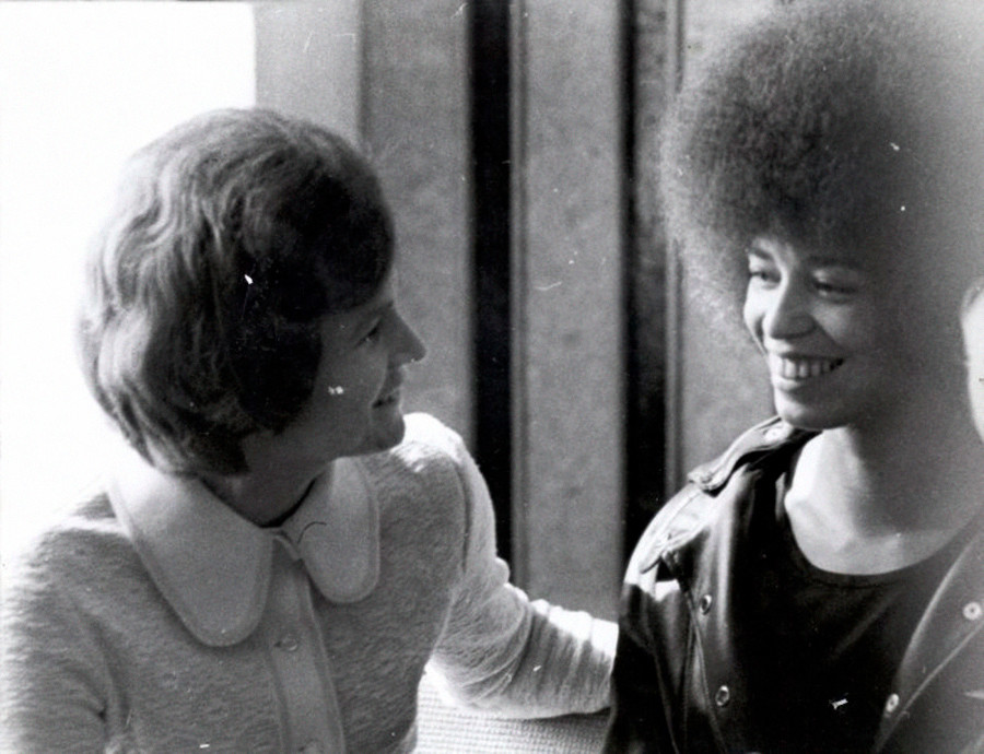 Die US-Menschenrechtsaktivistin Angela Davis (v.r.) trifft die sowjetische Kosmonautin Walentina Tereschkowa (v.l.), die auch die Vorsitzende des sowjetischen Frauenverbandes war.
