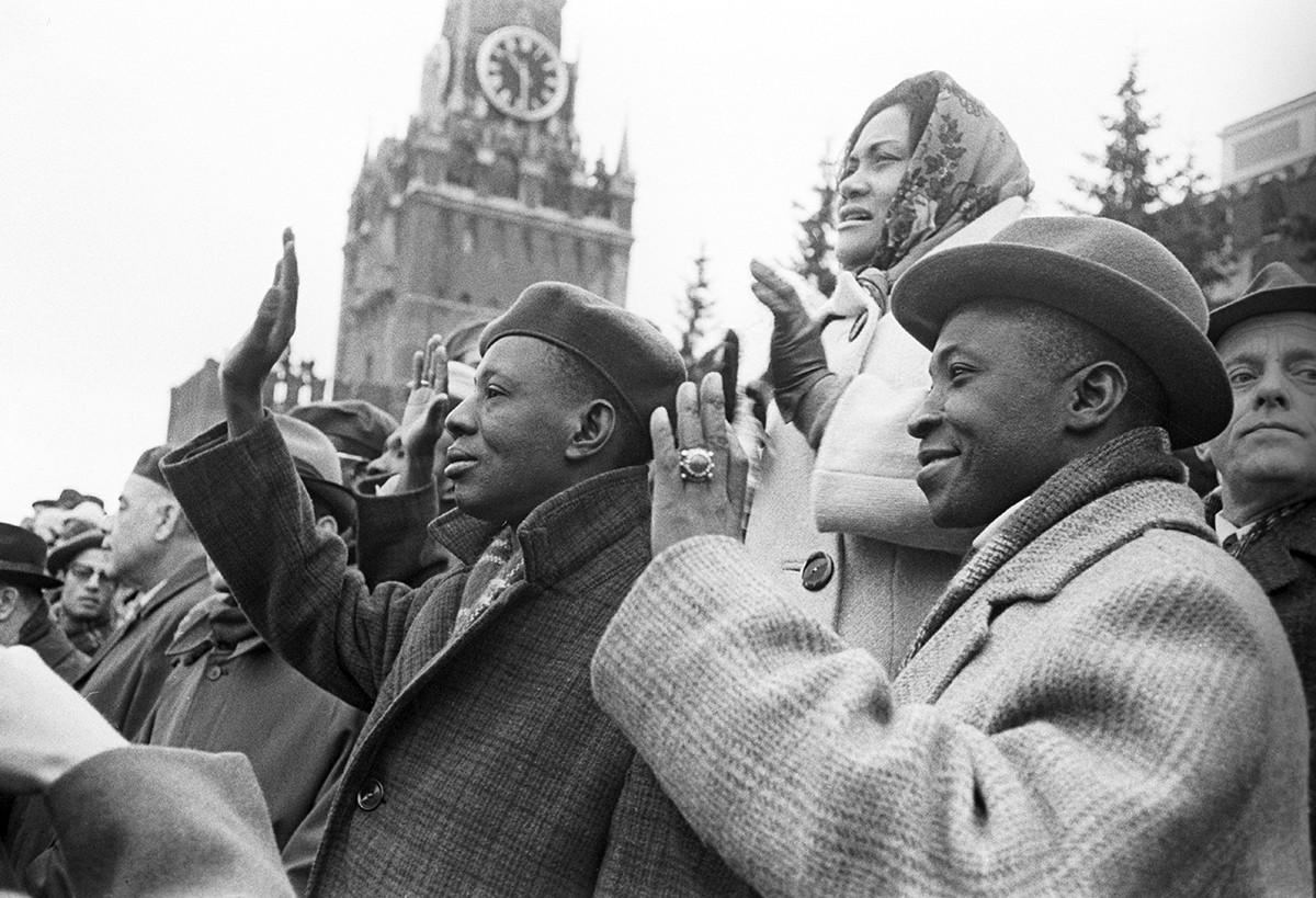 Die malischen Führer S. Jomban (v.l) und K. Karamoko nehmen an der Demonstration am 1. Mai 1971 auf dem Roten Platz in Moskau teil.