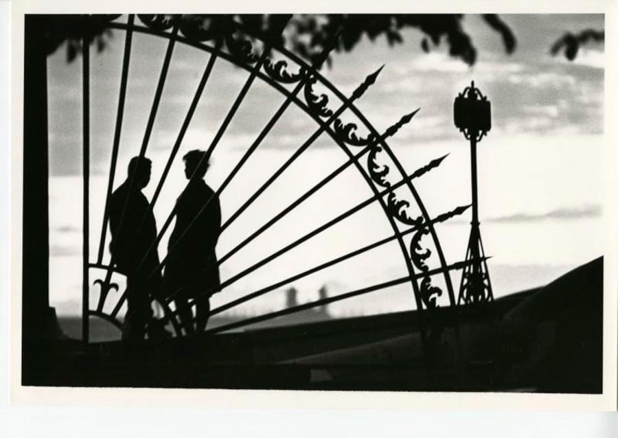Ein Paar genießt die Weißen Nächte in Leningrad.