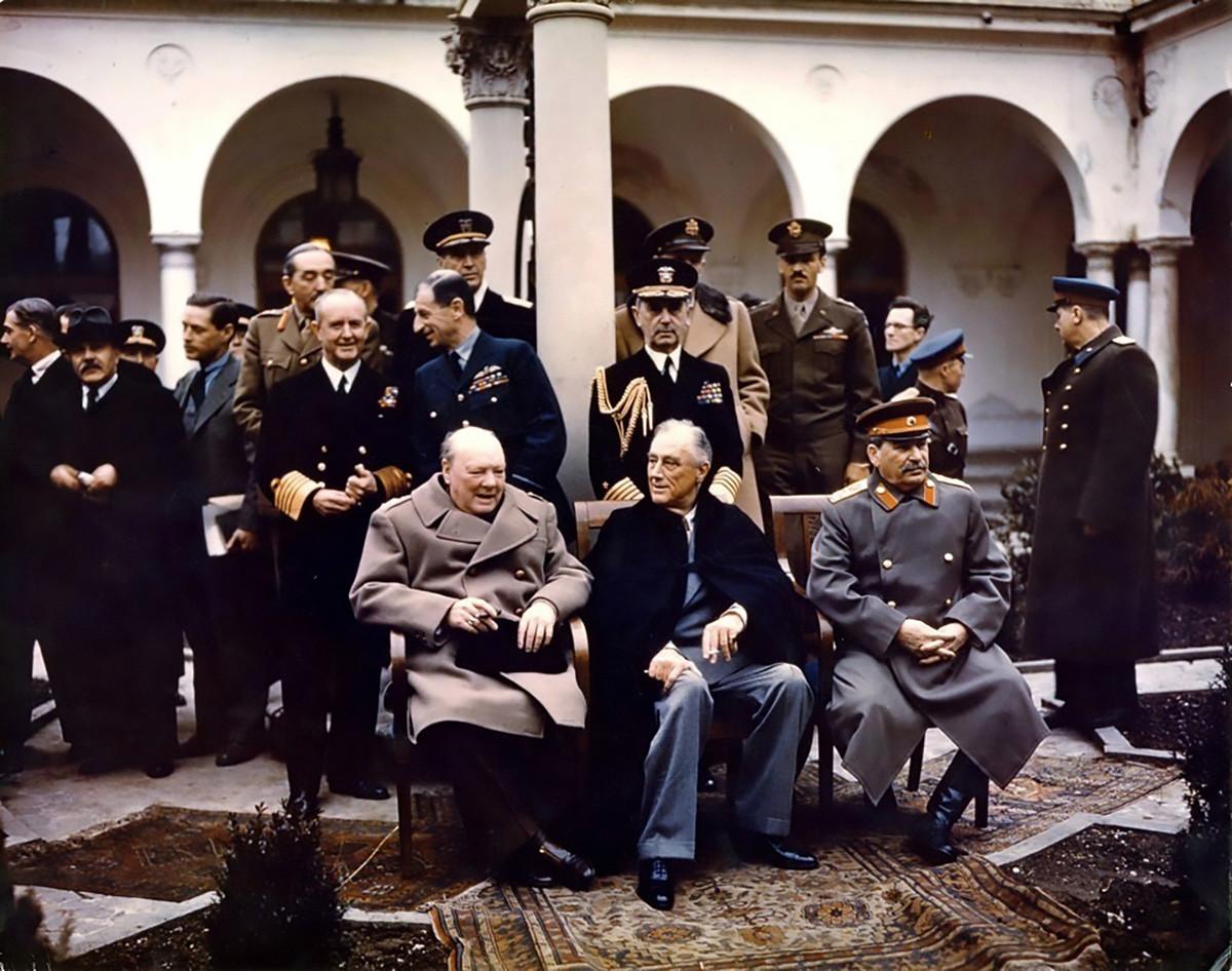 Winston Churchill, Franklin Roosevelt et Joseph Staline posant pour une photo lors de la conférence de Yalta, 1945