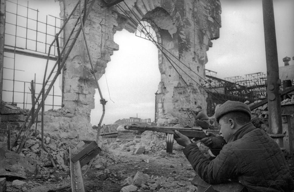 Un soldat soviétique aidant à libérer la ville de Kertch des nazis, 1944