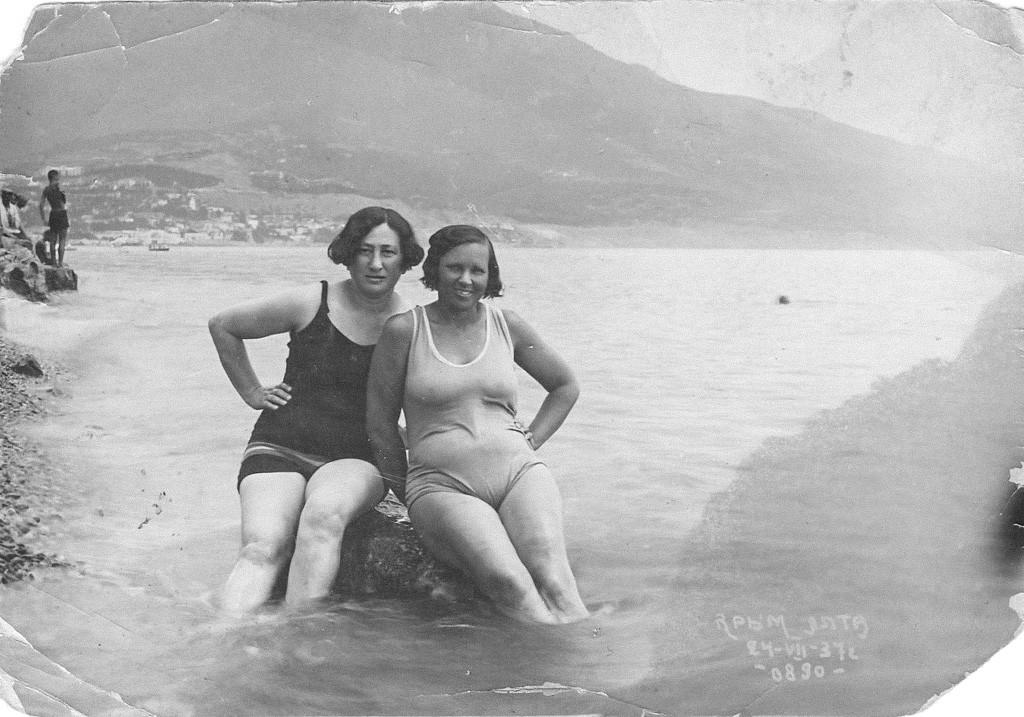 Femmes posant sur une plage de Yalta, 1937