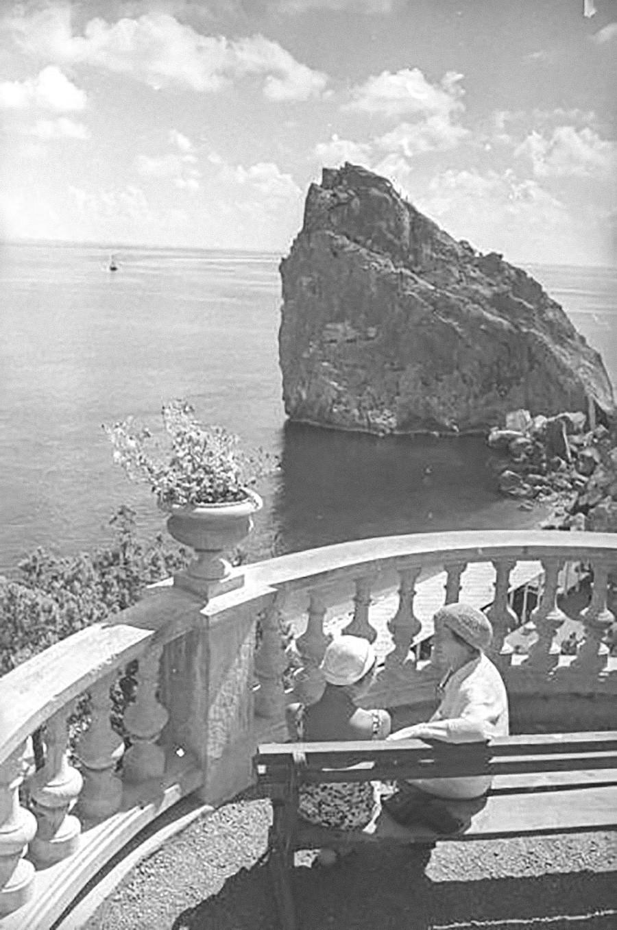 Femmes se reposant dans une rotonde de Simeïz, années 1930