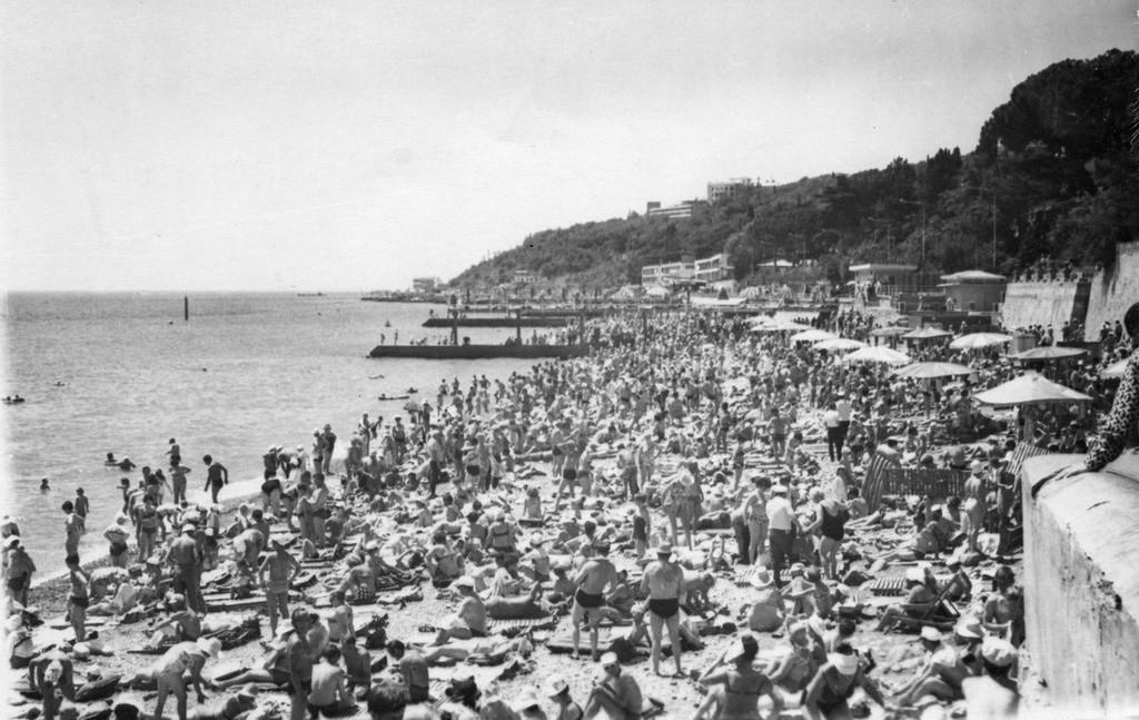 Plage bondée à Yalta, 1973