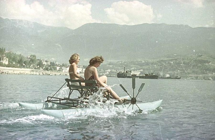 Jeunes femmes faisant du pédalo à Yalta, 1960