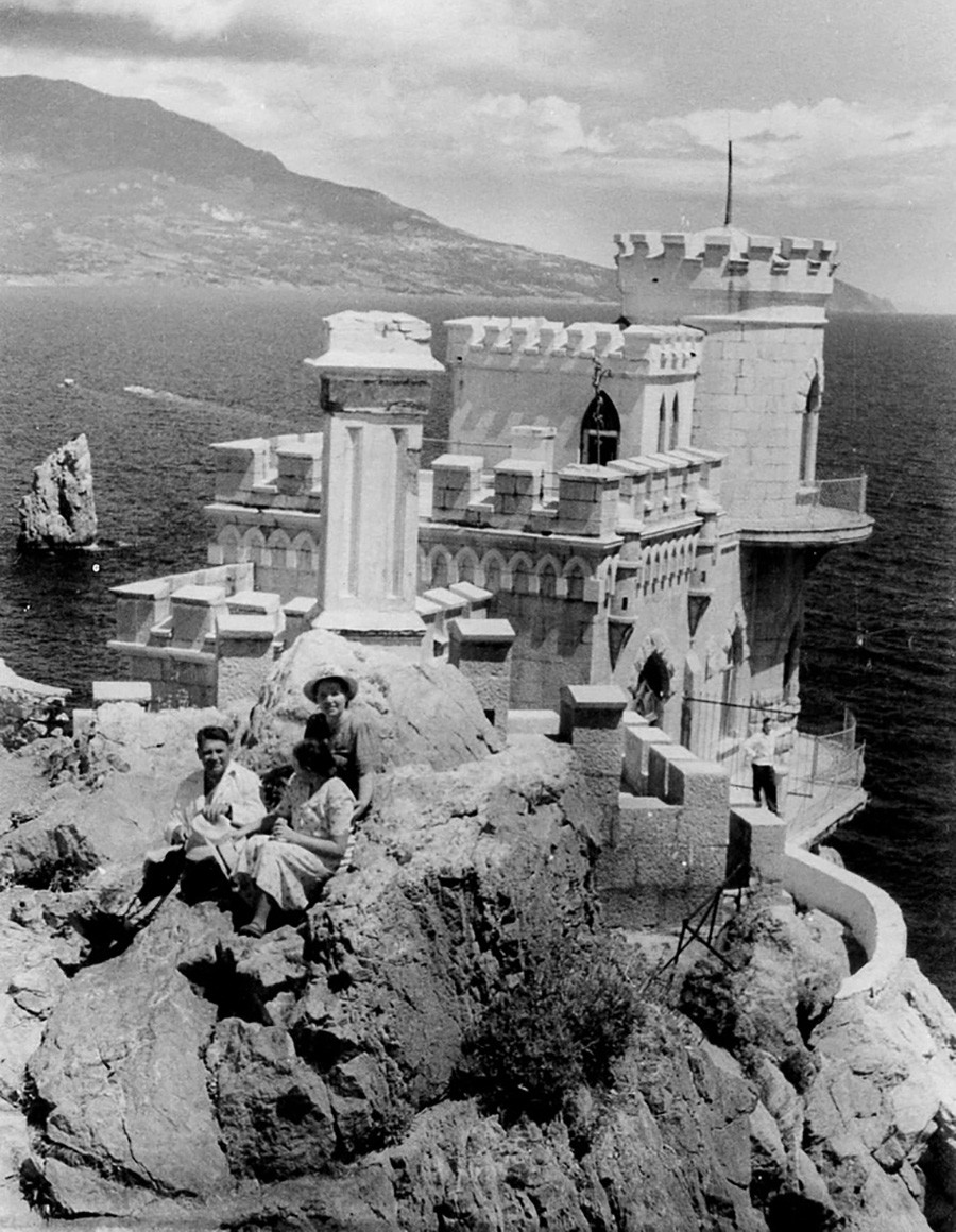 Touristes posant devant le château du Nid d'hirondelle, 1953